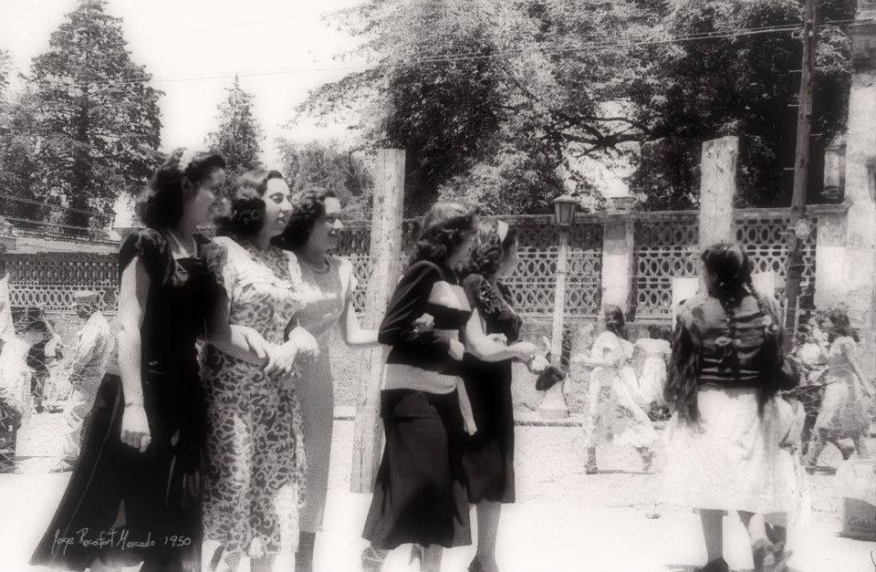 Frente a la Parroquia de San Agustín de las Cuevas en el centro de Tlalpan. las muchachas de la época salían a dar la vuelta al Zocalito y a la Iglesia. Ciudad de México, (1950)