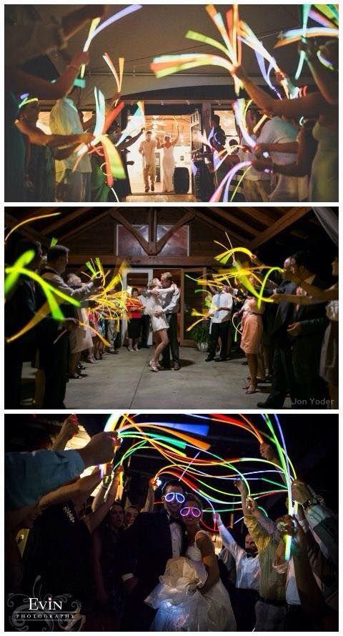 """Tip van babs Mariëlle Jongmans: """"Zwaai het bruidspaar uit met neon sticks!""""Read more..."""