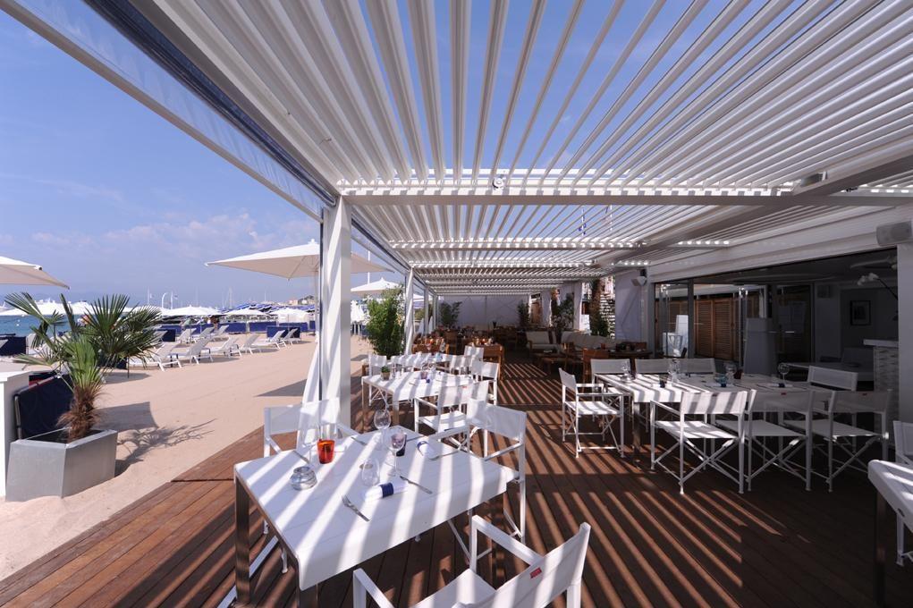 Veel mensen willen na een tijd op het strand gelegen te hebben even rustig iets eten of drinken for Schaduw een terras