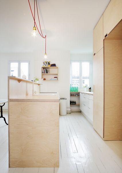 Renovatie van een 70m ² appartement voor een gezin van vier in het 19e arrondissement van Parijs door Septembre Architecten. Door Het verwijderen van de scheidingswanden creëeren ze een grotere woo...