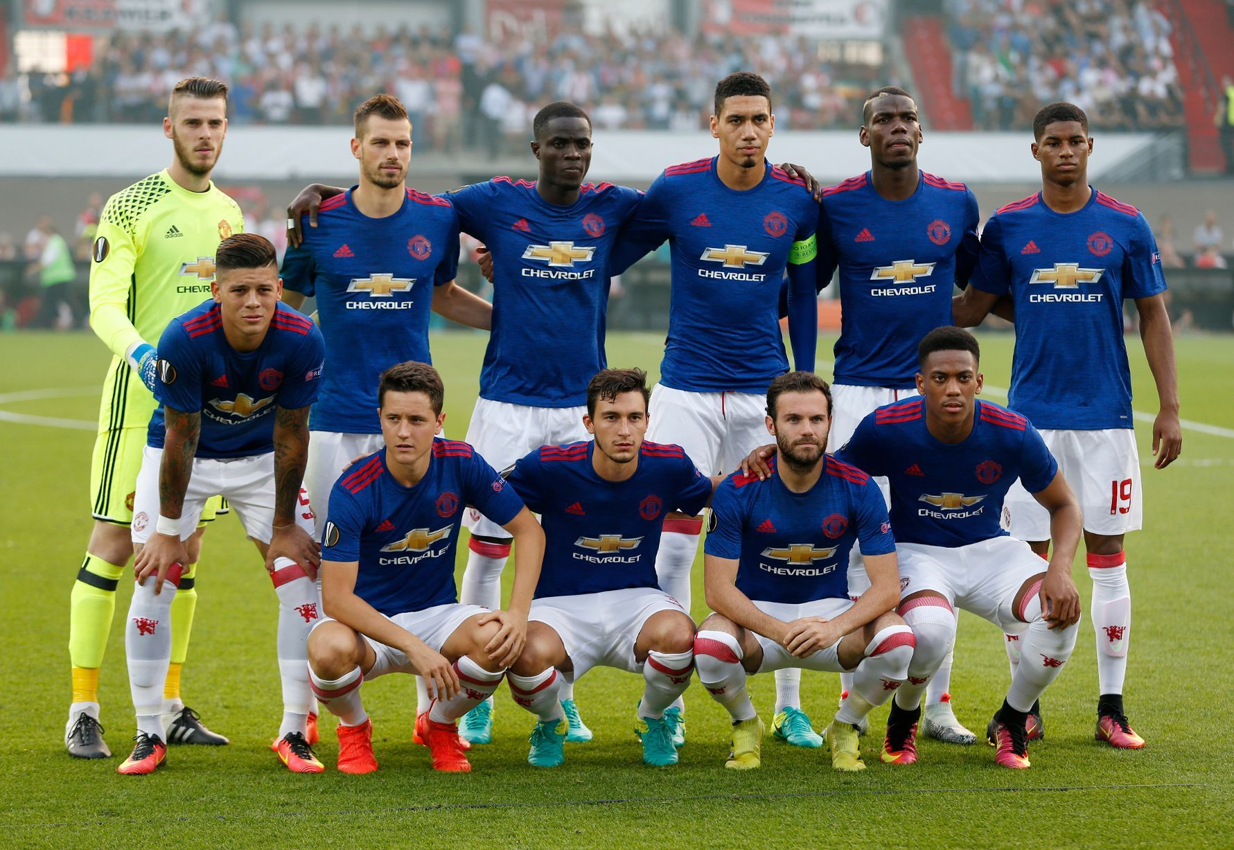 Manchester United team group before the match