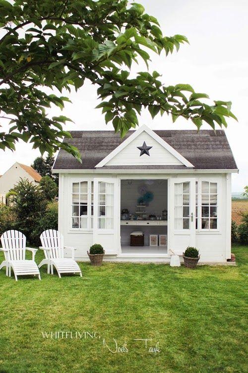 Romantisches weißes Gartenhaus. Finden Sie mehr Information auf