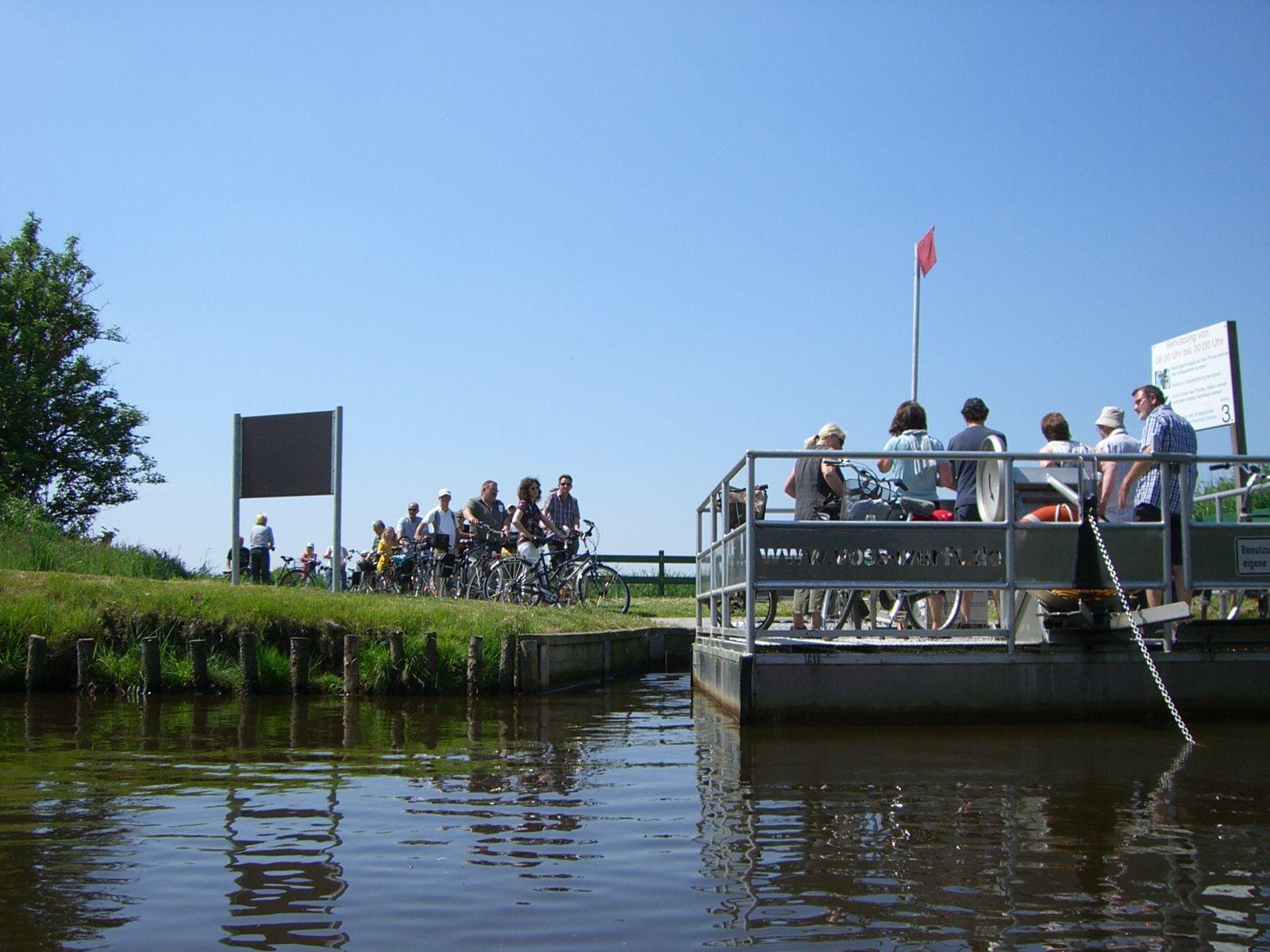 Mit der Kurbelfähre bei Filsum gelangt man kann ganz schnell von einem Ufer zum anderen, ohne mit dem Rad Umwege zu fahren.