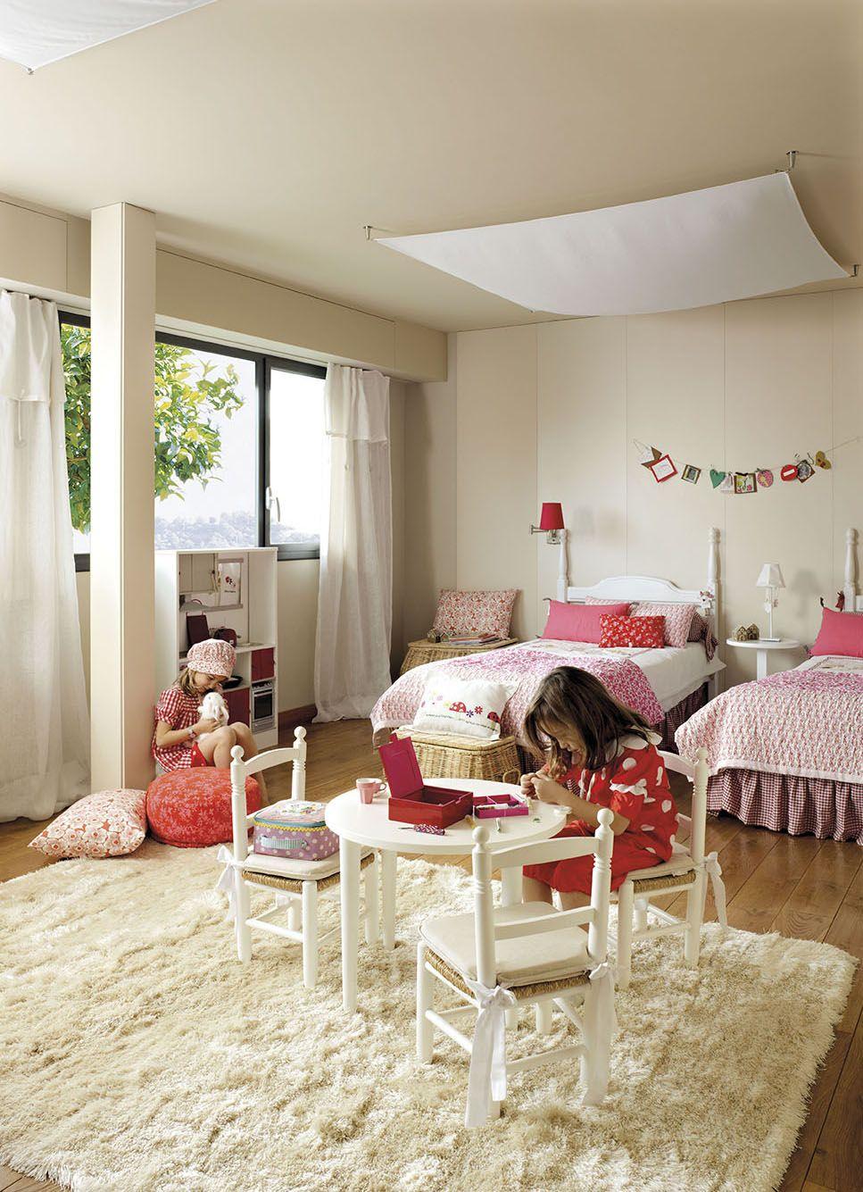 Dormitorio princiapal con cama con dosel y pequeño mueble bajo la ...