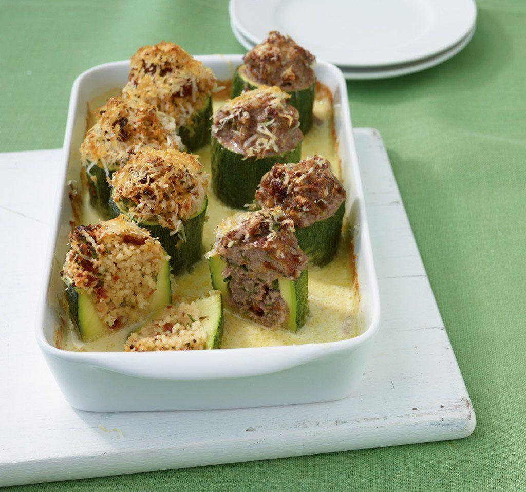 Gefüllte Zucchini///Füll-Service für Zucchini: Tomaten, Mandeln und Majoran würzen Couscous oder Hack.