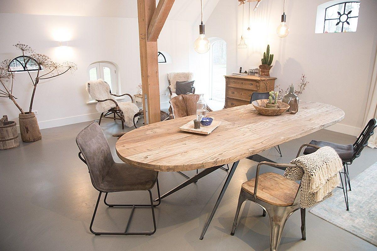 De otoh van hout is een cm dikke ovale eettafel deze ovale