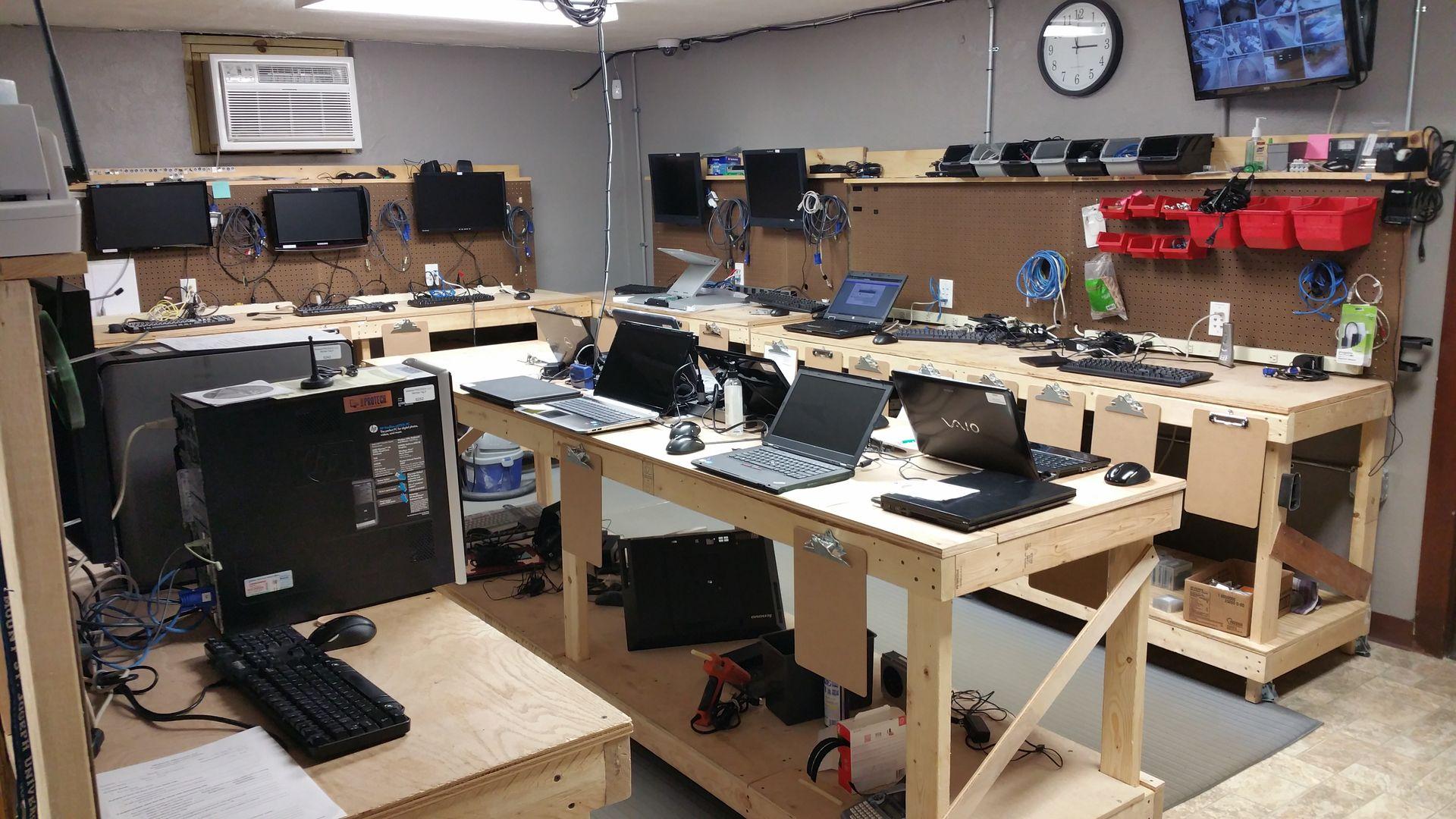 Image Result For Computer Repair Room Bancada
