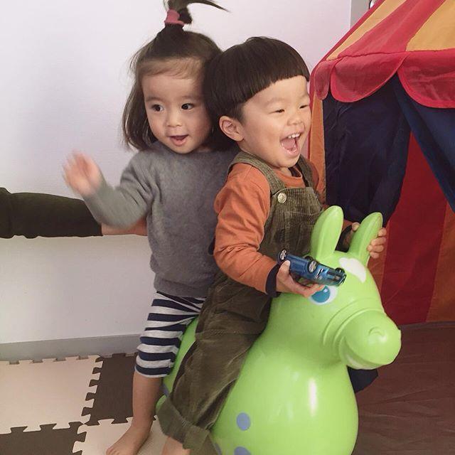 Instagram media ho_na - * ふたりして びょんびょん跳ねまくってたー! * #1歳7ヶ月 #19ヶ月 #ロディ #二人乗り #おもちゃ取り合うけど #なかよし #同級生