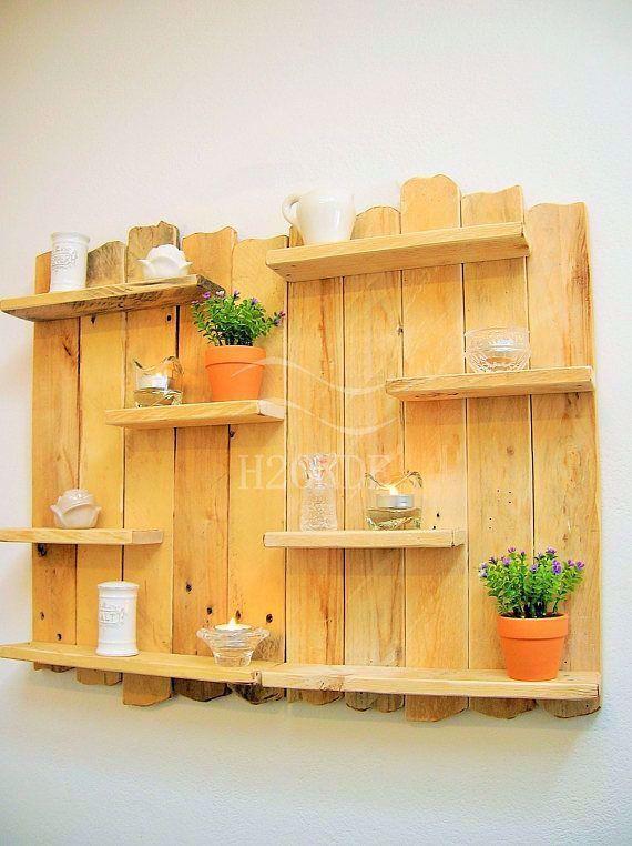 Photo of Esposizione squallida della mobilia rustica di legno della spiaggia della bacheca della mensola