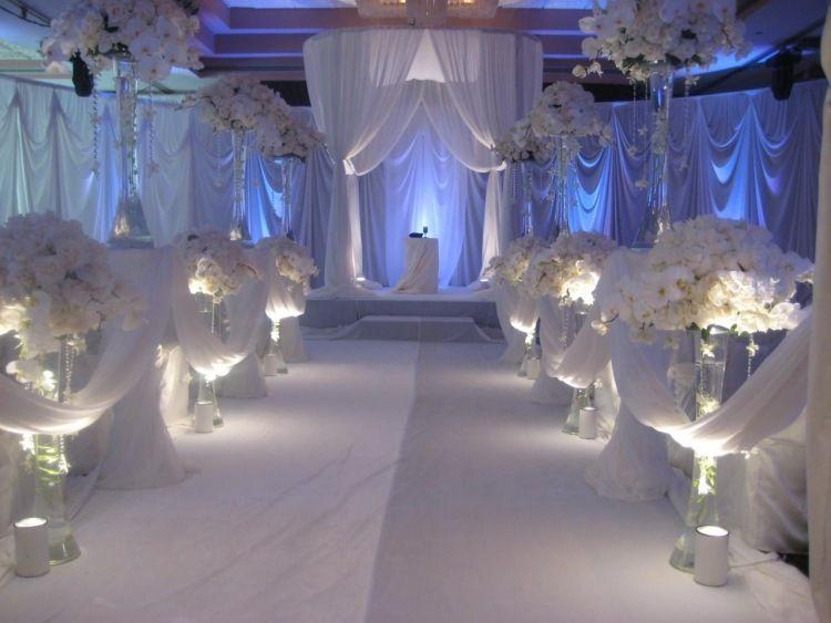 idées de décoration mariage avec des fleurs blanches et des voiles transparents