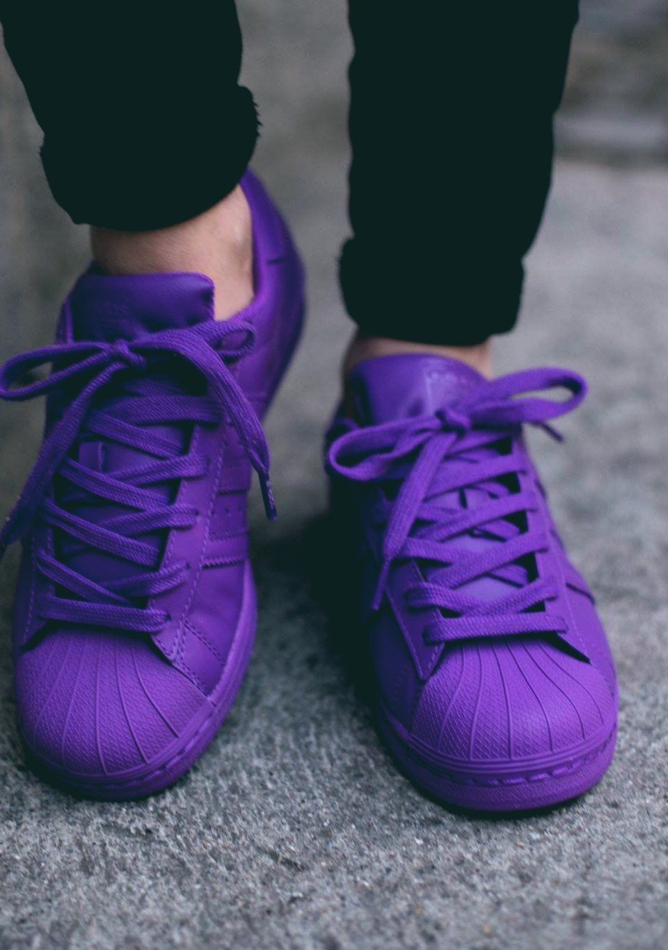 low priced b6cdf f3f1c pies de mujer con tenis adidas superstar morado