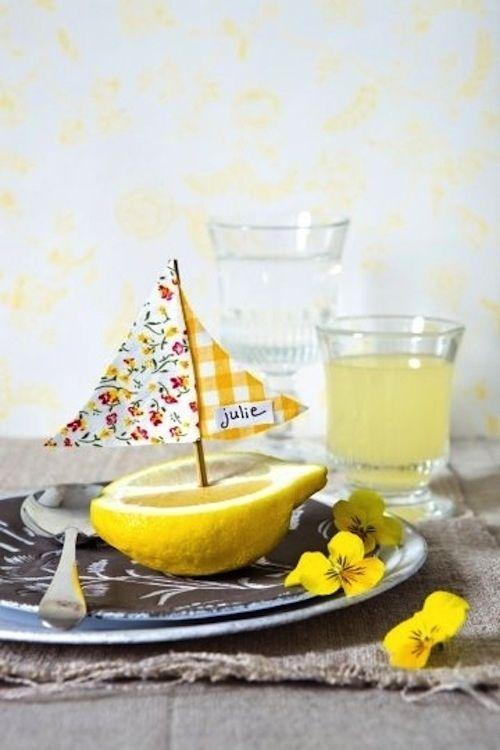 tischdeko sommerlich zitrone gelbe veilchen namensschild. Black Bedroom Furniture Sets. Home Design Ideas