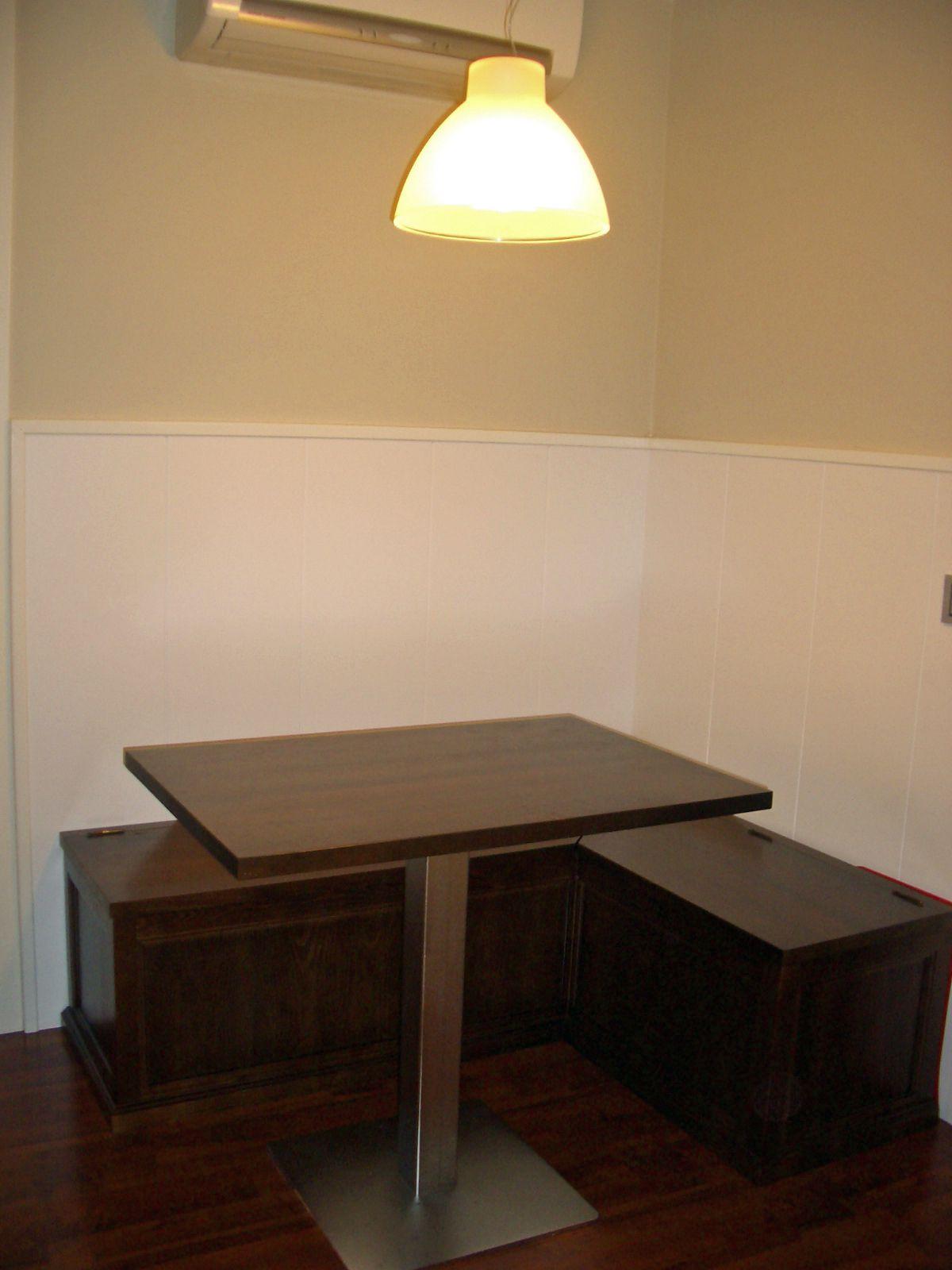 Rinconera de cocina con asientos tipo baúl y pie de mesa cromado ...