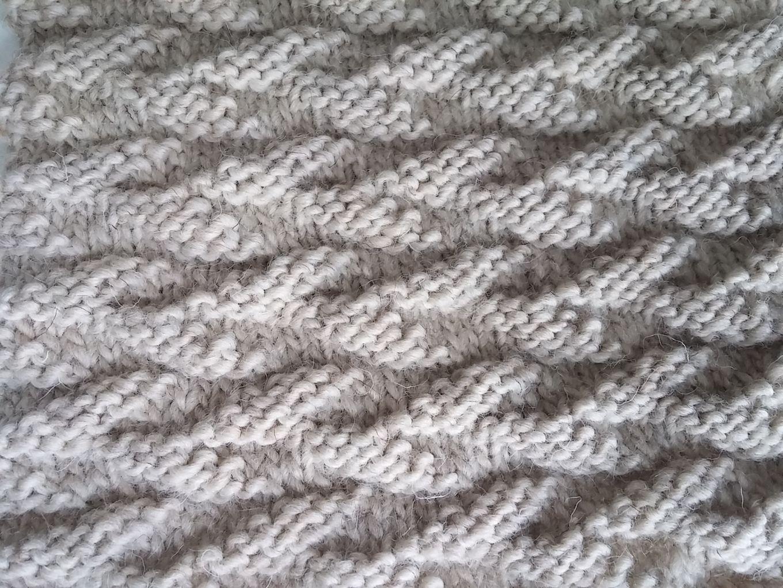 Point facile au tricot un motif de feuilles alternées
