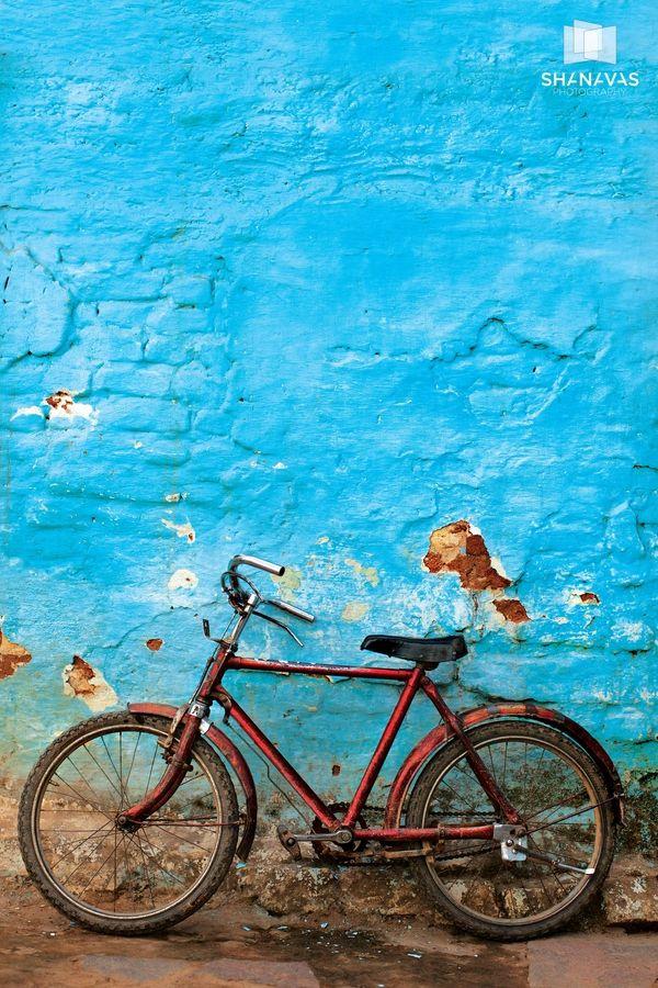 Bicicletta e muro blu