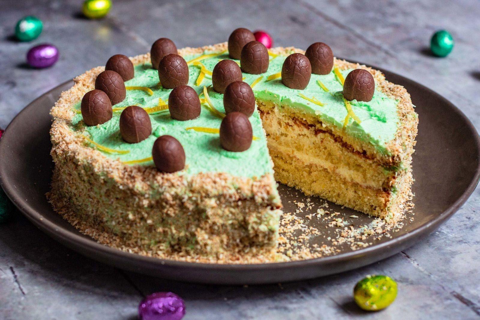 Perfekt Til Pasken Laekker Og Cremet Paskekage Med Citron Og Kokos Opskrift I 2020 Paskekage Dessert Laekker
