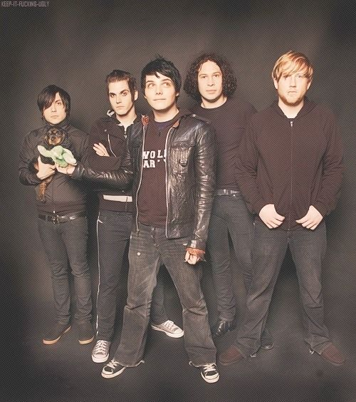 Haha naw Frank and the little puppy (I once read something that said Gee got the puppy for Frank because he was unhappy at the photo shoot which I think is cute, if it's true anyway) (if so Gee looks so proud haha)