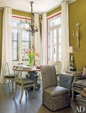 Ein Französisch tole chan-Delier oberhalb Einer Mitte des 19. Jahrhunderts italienische Tisch and a Reihe von antiken Seiten Stühlen in Einer Ecke des Wohnzimmers aufgehängt