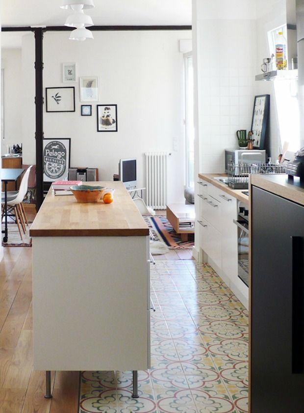 Een vloer kan een combinatie van tegels en hout zijn, de overgang ...