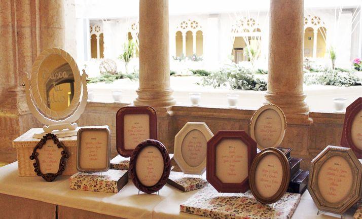 Colocación de las mesas de una boda celebrada en el NH Palacio de la Merced (Burgos)