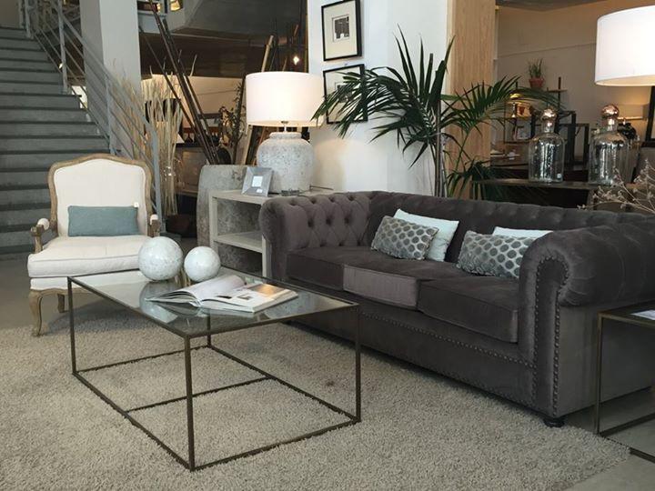 Nuevo ambiente El Globo Muebles con sofá Chester en terciopelo ...