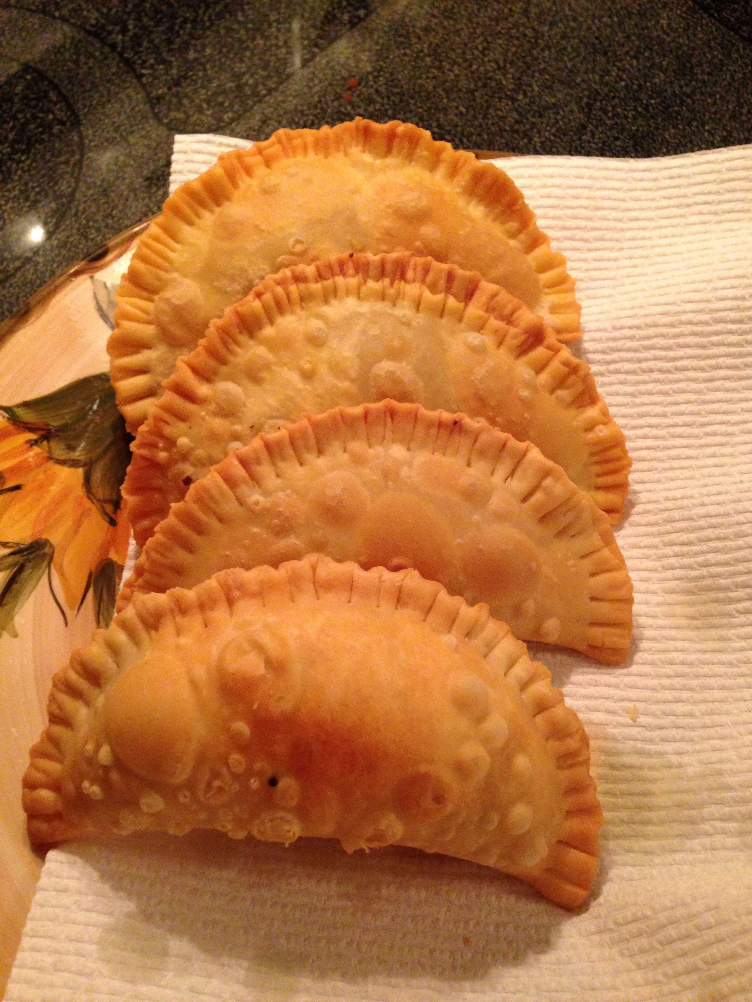 Pastelillos (pastelitos, empanadas, empanadillas) de carne molida, jalapeño, queso suizo y pimienta roja molida.