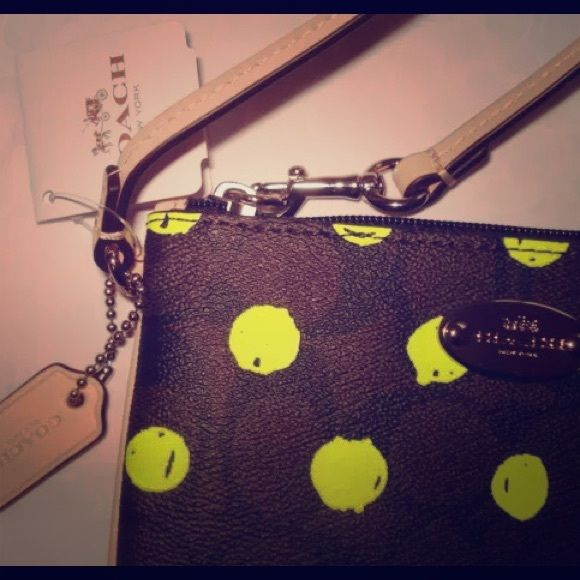 Wow 2 Coach Neon green cosmetic case wristlet set Wow 2 Coach Neon green cosmetic case wristlet set  sale what a keeper ! Coach Bags Cosmetic Bags & Cases