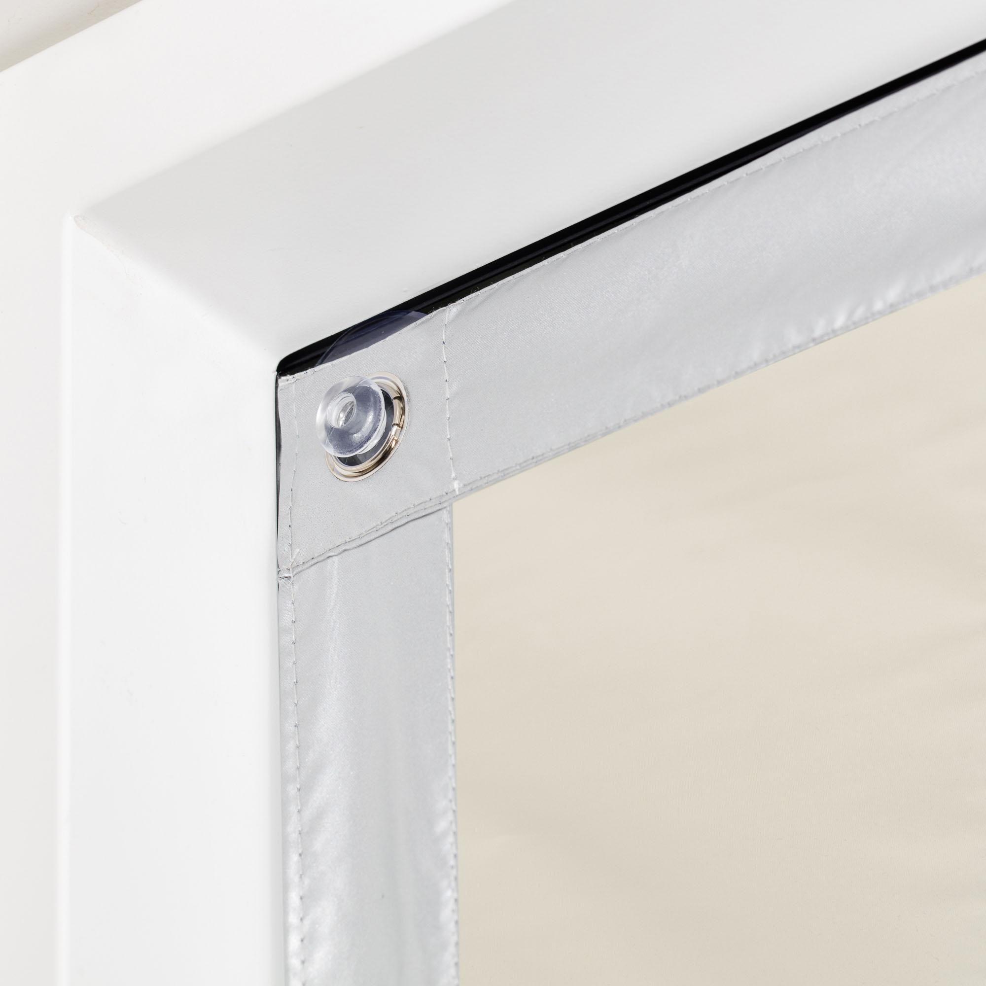 Hitzeschutz, Verdunkelung & Isolierung in Einem: Sonnenschutz von Lichtblick.: Der Haftfix Thermo Sonnenschutz für Dachfenster sorgt für angenehme und gleichbleibende Raumtemperaturen, da er eindringende Sonnenstrahlen durch die rückseitige Silberbeschichtung reflektiert und zusätzlich eine Wärme- und Kältebarriere schafft, die die warme Raumluft im Winter nicht in Kontakt mit der kalten Fensterscheibe bringt. Dieser Hitzeschutz mit Thermofunktion ist einfach und schnell durch die beiliegenden K