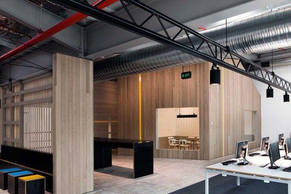 Antonia Pesenti et Patricia Bondin, directrices de MAKE Creative à Sydney, ont transformé un espace industriel à l'abandon en un espace de travail collaboratif élégant pour les experts mondiaux en immobilier, Goodman.  On retrouve de petites maisons sculpturales pourvues d'une ossature en bois afin de créer des espaces clos pour des bureaux ou des salles de réunion. Des tables de travail centralisées utilisent simultanément la grande échelle de l'espace, tout en créant de l'intimité.