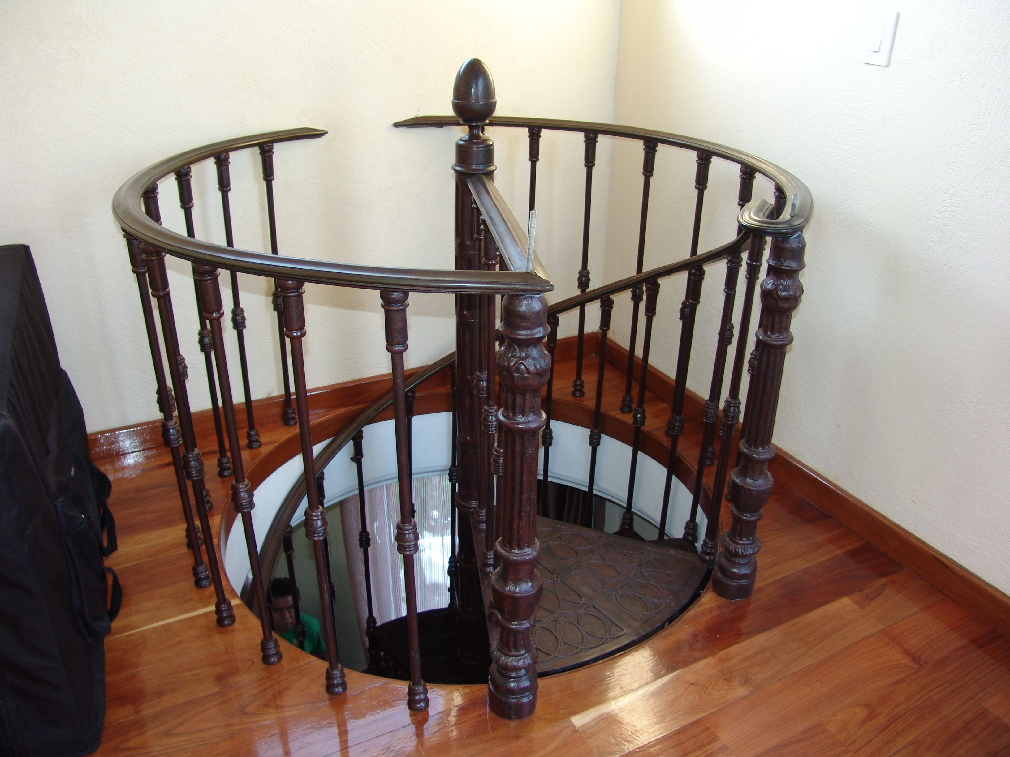 escalera de caracol fierro colado con pasamanos de bronce
