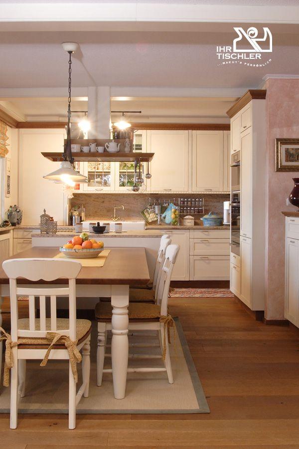 Gemütliche küche im landhausstil mit zahlreichen details wie einkerbungen kaneluren und gedrechselten füßen die wohnküche mit kochinsel wurde gefertigt