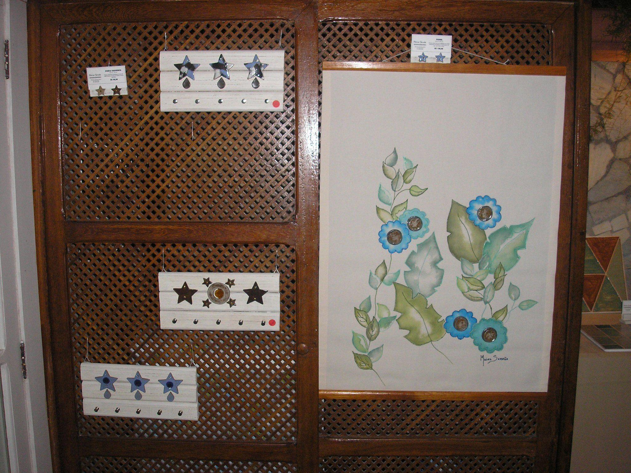 Painel pintado com detalhes em cerâmica e trabalhos em madeira.