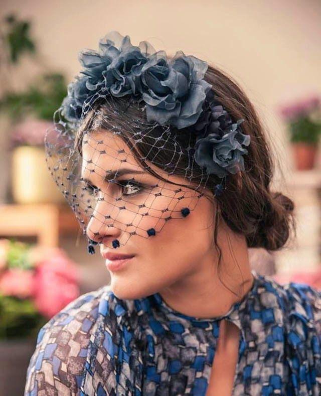 Tocado azul con flores y redecilla El Bodorrío del Año Pinterest