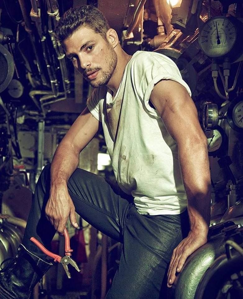 7997abfbc7 Whoever this muscly mechanic guy is, he can move in anytime 😈 More hot men  @Adamb18