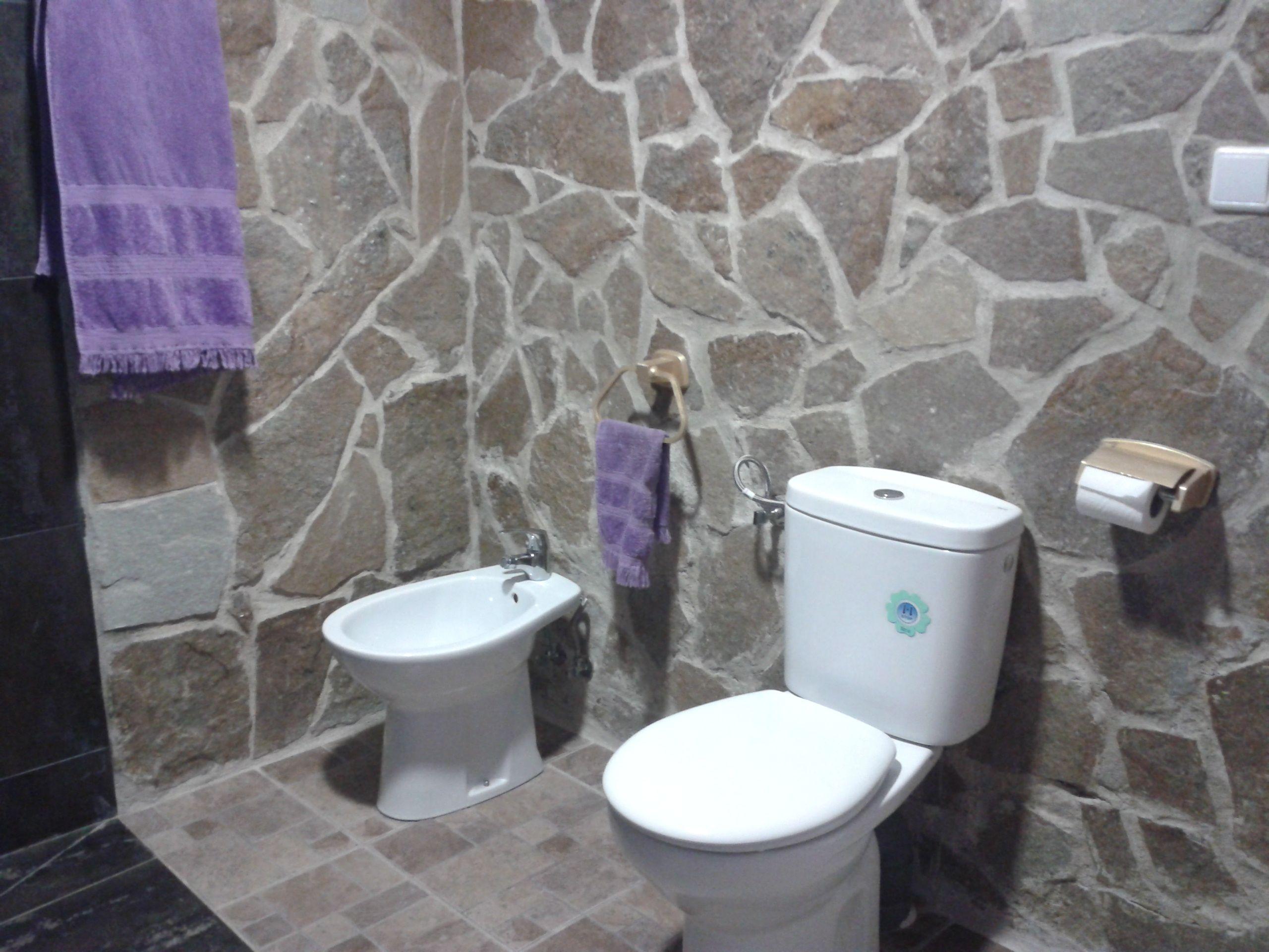 Ba o de corado con paredes de piedra decoraci n y dise o - Banos con paredes de piedra ...