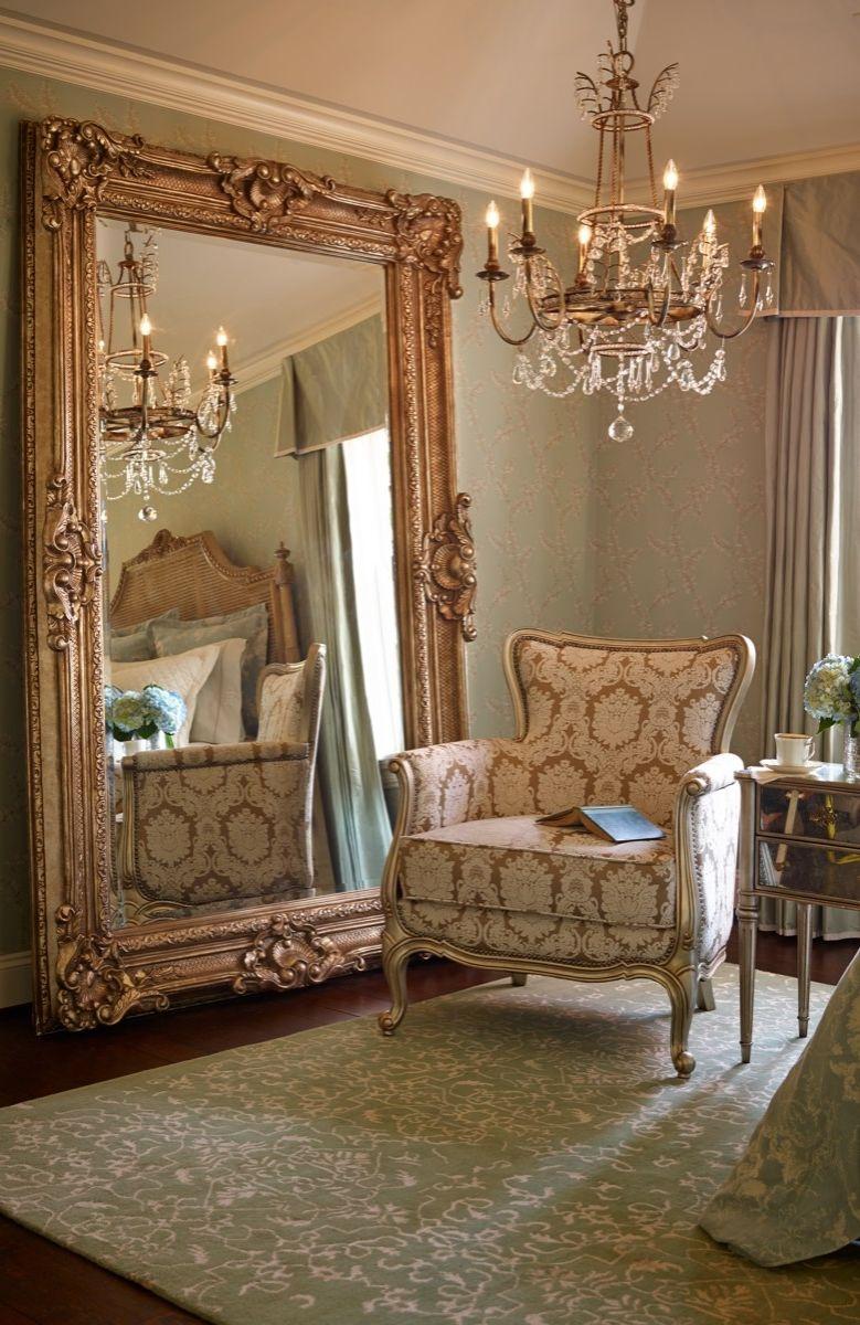 Impresionante espejo de madera tallada y dorada ilumina for Comedores con espejos grandes