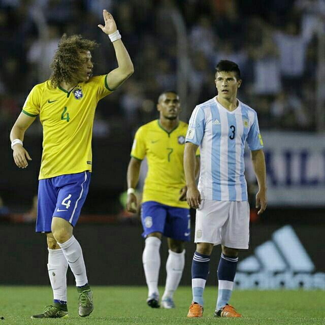 "13/11/2015 #Argentina 1 X 1 #Brasil . Qualifiers 2018 Fifa World Cup #Russia ""Round 3"" . Photo: Yahoo . . . _____________________________________ #Brasil #Brasileira #Brazil #Seleção #soccer #FootBall #seleçãobrasileira #CBF #Follow #FollowMe #Nike #FIFA #2018 #brazilingram #rumoaohexa #ouseserbrasileiro #BrasilFootballNationalTeam #BrasilxArgentina #ArgxBra @davidluiz_4 #4"
