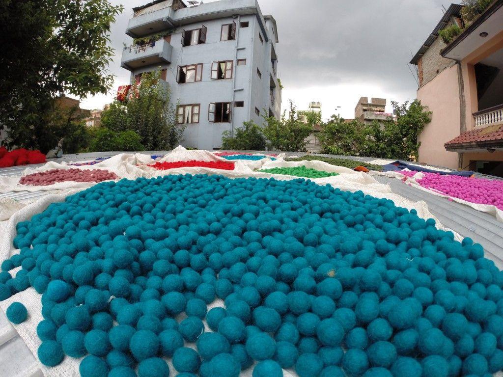 The felt balls are drying | Uldkuglerne tørres gør de syes til de flotte kugletæpper!