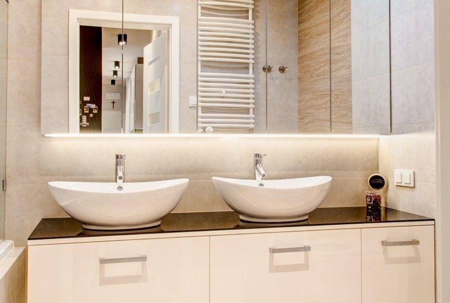Aranżacja łazienki Z Dwoma Umywalkami Oraz Pojemną Szafką Na