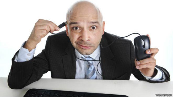 """Empleado """"enchufado"""" al ratón de su computadora"""