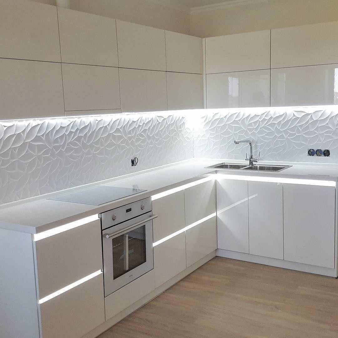 белая глянцевая кухня фасады выполнены из материала Sidac столешница