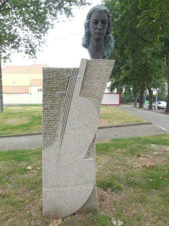 Guilhermina Suggia, escultura de Hélder de Carvalho, Av. Afonso Henriques, Porto