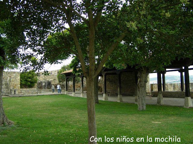 Jardín frente a la iglesia de San Vicente.
