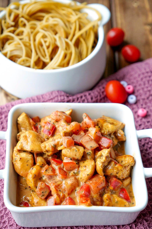 Schnelle HähnchenPaprikaPfanne  ein einfaches Familienrezept Schnelle HähnchenPaprikaPfanne mit Tomaten und Basilikum  ein einfaches und schnelles Familienrezep...
