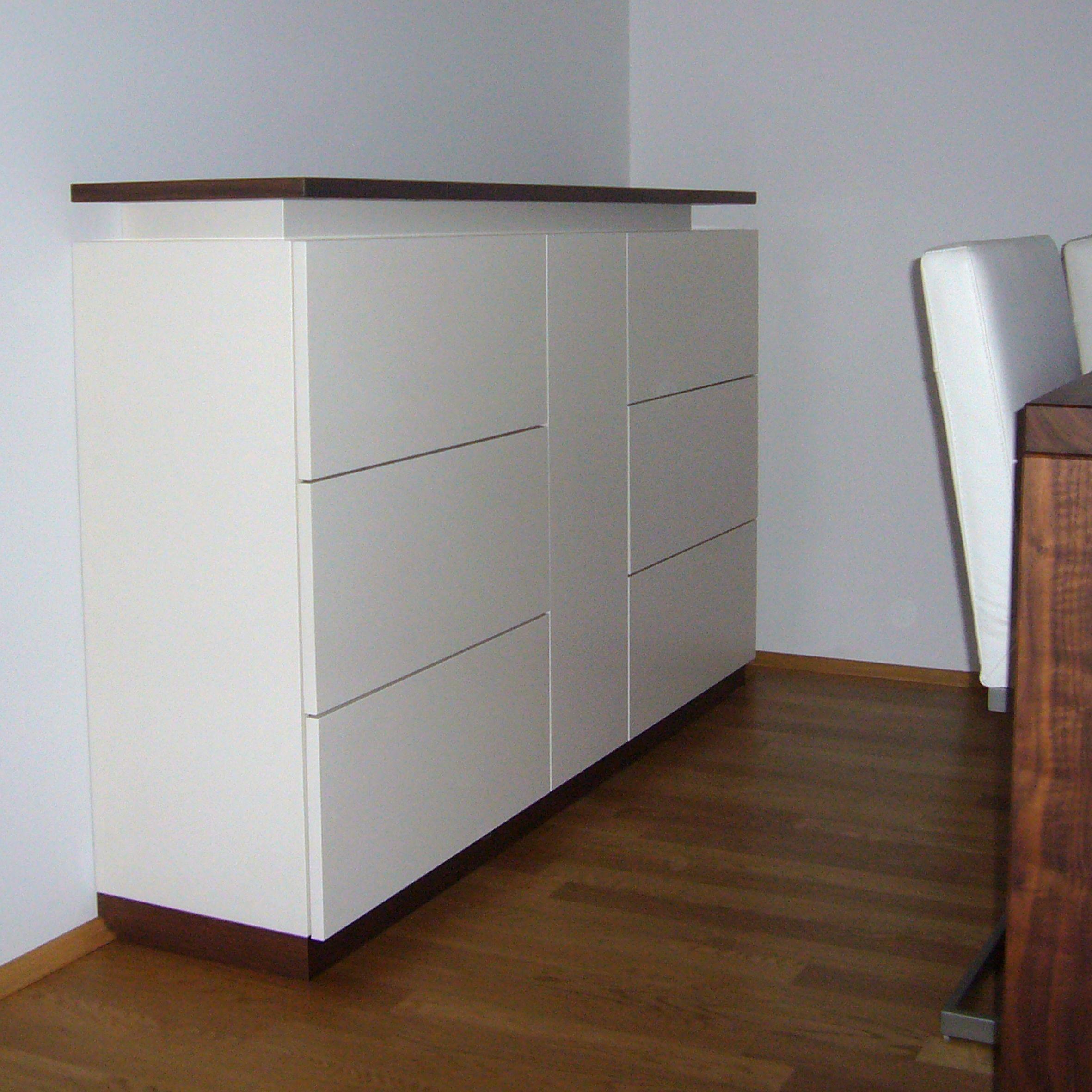 #Sideboard weiß lackiert mit Deckplatte in #Nußbaum
