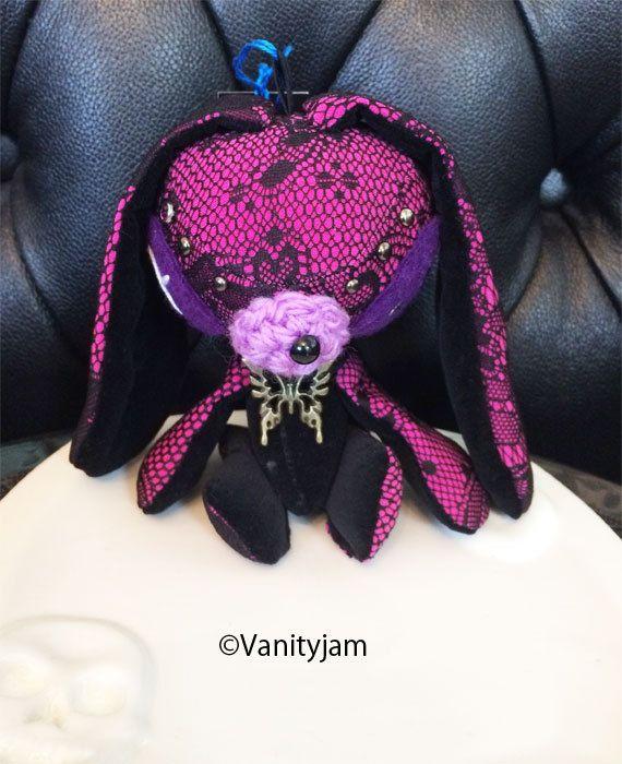 Etsy のGothic lacy Soppy(ショップ名:Vanityjam)