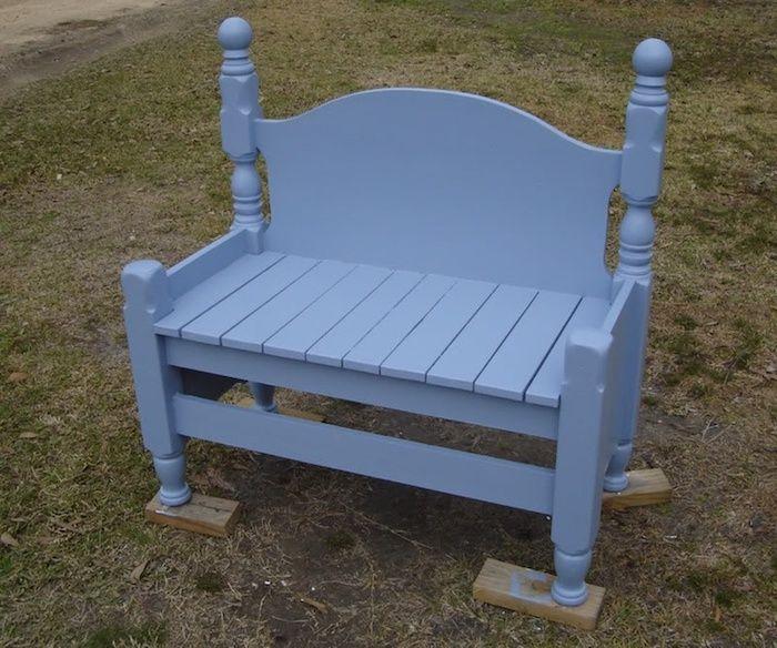blaue kleine gartenbank aus einer blauen alten tür gartenbank - gartenbank selber bauen