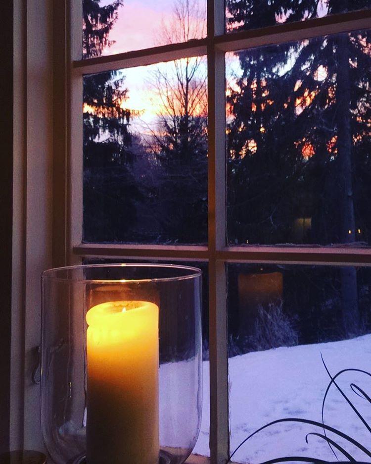 Elsker små rutavindu... #tinyhome #tinyhouse #tinyliving #smårutavindu #vindu #stearinlys #vinter #snø #happyness