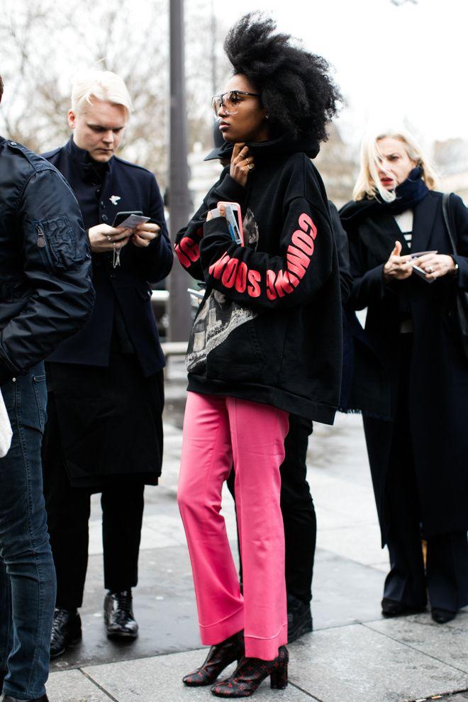 Julia Sarr Jamois en pantalon rose à la Fashion Week automne-hiver 2016-2017 de Paris Photo par Sandra Semburg