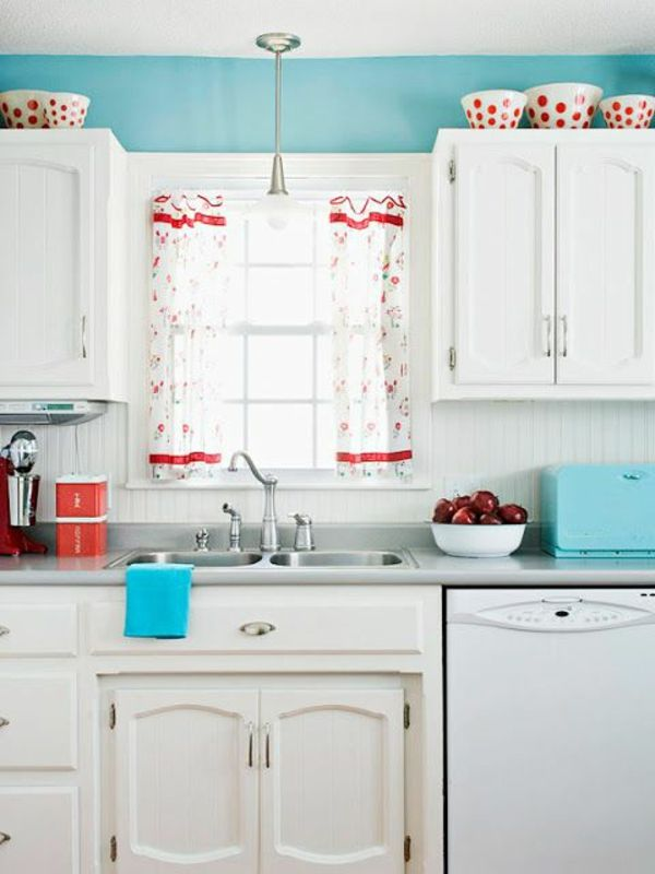 traditionelle weiße Küche mit blauer Wand | Home // Küche ...